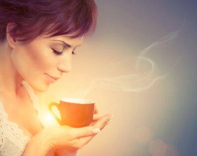 Papiers peints Belle fille appréciant le café. Femme avec une tasse de boissons chaudes