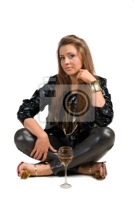 Belle fille brune assise isolé sur fond blanc