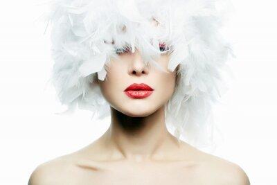 Papiers peints Belle fille en chapeau de plumes blanches. Maquillage