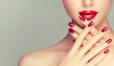 Papiers peints Belle fille qui présente des ongles de manucure rouge. Maquillage et cosmétiques
