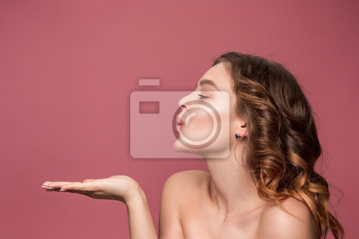 Papiers peints Belle jeune femme avec de longs cheveux soyeux ondulés, maquillage naturel regardant la caméra avec la main près de menton isolé sur fond blanc. Modèle avec maquillage naturel. Émotions des gens et co