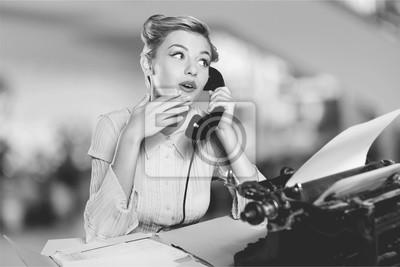 Papiers peints Belle jeune femme parlant au téléphone vintage