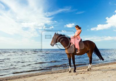 belle jeune fille à cheval sur le littoral