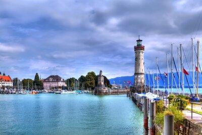 Papiers peints Blick auf den Hafen auf der Insel von Lindau am Bodensee im Süden Deutschlands mit dem historischen Leuchtturm.