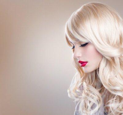 Papiers peints Blonde Woman Portrait. Belle fille blonde aux cheveux longs ondulés