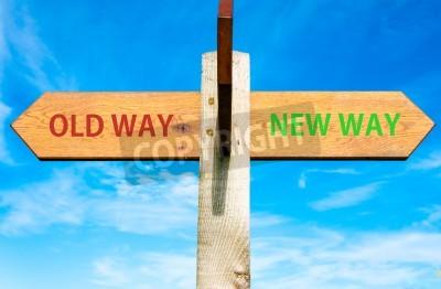 Bois poteau de signalisation avec deux flèches opposées sur le ciel bleu clair, et les signes Old Way New Way, Vie Changer l'image conceptuelle