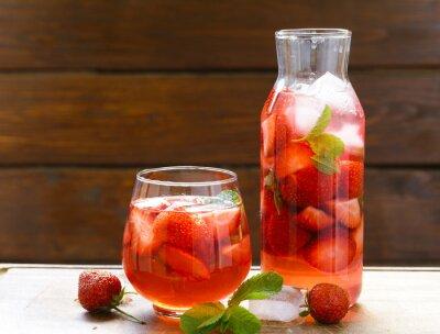 Boisson à la fraise d'été maison avec de la menthe et de la glace