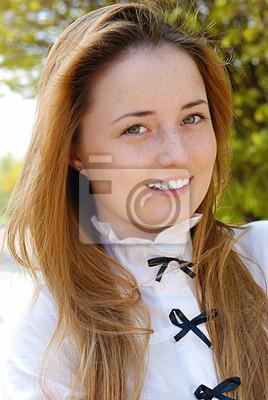 Bonne femme souriante rousse
