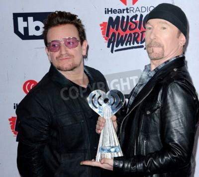 Papiers peints Bono et The Edge of U2 aux prix 201H iHeartRadio Music Awards organisés au Forum à Inglewood, États-Unis, le 3 avril 2016.