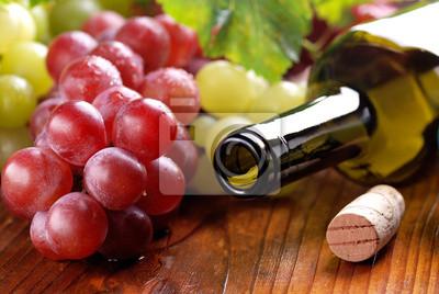 bottiglia di vino con vuota grappolo di uva rossa