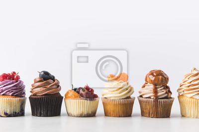 Papiers peints bouchent la vue de divers cupcakes sucrés isolés sur blanc