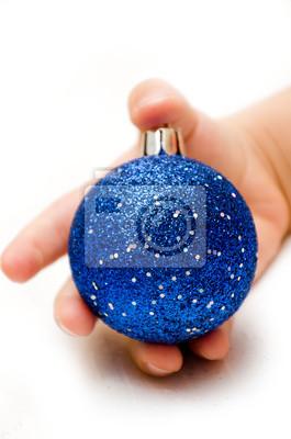 boule de Noël bleu dans la main