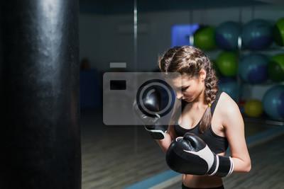 Papiers peints Bouleversé jeune combattant boxer fille avec des gants de  boxe dans la salle de 0ef97789856