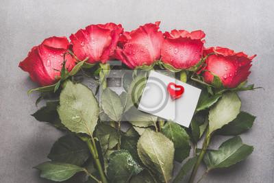 Bouquet De Roses Rouges Avec Carte De Papier Vierge Et Coeur Papier