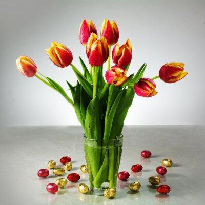 Papiers peints Bouquet de tulipes fraîches et petit chocolat jaune rouge pâques par exemple
