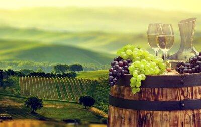 Papiers peints Bouteille de vin blanc et verre de vin sur wodden baril. Beautiful Tus