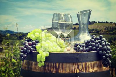 Bouteille de vin blanc et verre de vin sur wodden baril. Beautiful Tus