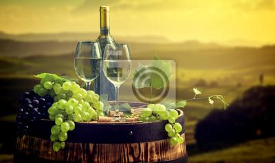 Bouteille de vin et verre de vin sur wodden baril. Belle Toscane