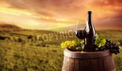 Papiers peints Bouteille de vin rouge et de verre sur le baril en bois. Vignoble sur fond