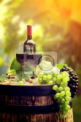 Bouteille de vin rouge et de vin sur verre baril wodden.