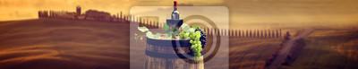 Bouteille de vin rouge et de vin sur verre baril wodden. Belle Tusca