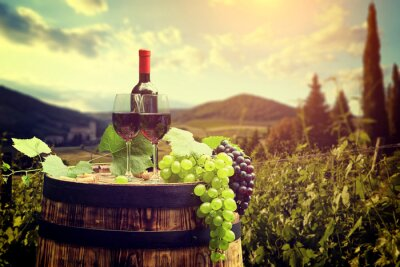 Bouteille de vin rouge et un verre de vin sur baril wodden. Belle Tusca