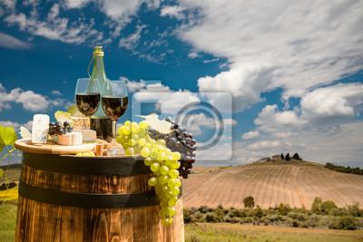 Bouteille de vin rouge et verre à vin sur tonneau en bois. Beau fond de la Toscane