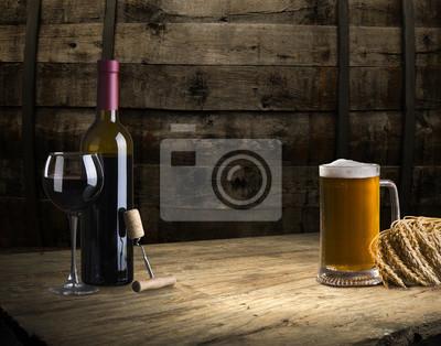 bouteille de vin rouge et verre à vin sur tonneau wodden
