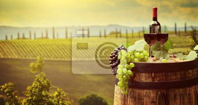 Bouteille de vin rouge et verre à vin sur wodden barrel. Beau fond de la Toscane