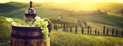 Bouteille de vin rouge et verre de vin sur baril wodden. Beau fond de la Toscane