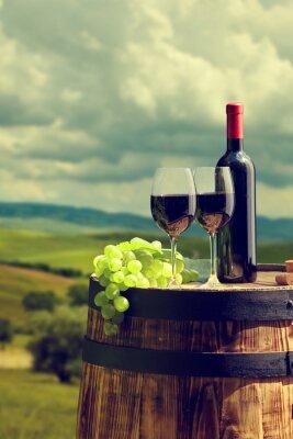 Bouteille de vin rouge et verre de vin sur le vieux baril.