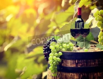 Papiers peints Bouteille de vin rouge et verre de vin sur wodden baril.