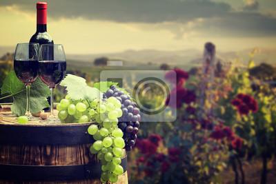 Bouteille de vin rouge et verre de vin sur wodden baril. Belle Tusca