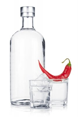 Papiers peints Bouteille de vodka et de verre à liqueur avec de la glace et piment rouge