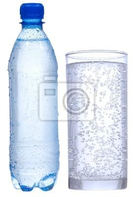 bouteille et un verre d'eau
