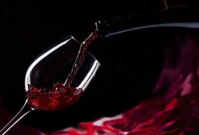 bouteille et un verre de vin rouge