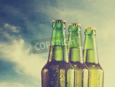 Papiers peints Bouteilles de bière sur la plage. Filtre rétro.