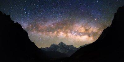 Papiers peints Bowl des Cieux. Lumineuses et vives Voie Lactée sur les montagnes enneigées. Belle ciel étoilé semble être dans un