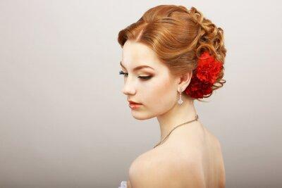 Papiers peints Bride. Or Femme de cheveux avec la fleur rouge. le collier de platine