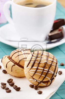 Café avec le biscuit en sandwich