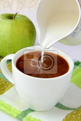 café noir avec du lait sur une serviette de table