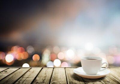 Papiers peints café sur la table dans la ville de nuit