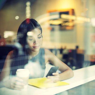 Papiers peints Café ville style de vie femme sur le téléphone de boire du café