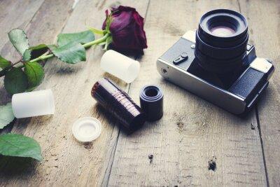 Papiers peints Caméra et rose sur la table