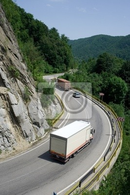 Camions sur route de montagne