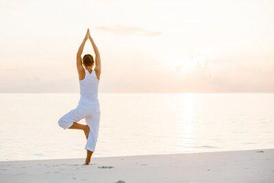 Papiers peints Caucasien femme pratiquant le yoga au bord de la mer