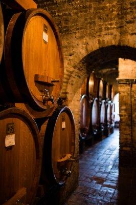 Papiers peints Cave à vin antique avec une rangée de grands tonneaux remplis de vin