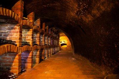 Papiers peints Cave à vin avec de nombreux types de bouteilles