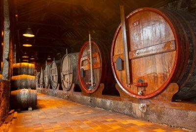 Papiers peints cave avec des tonneaux de vin