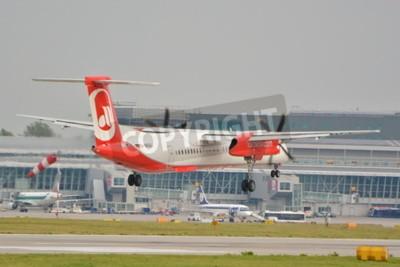 Papiers peints Ceci est une vue de l'avion d'avion Bombardier Dash 8 Q400 enregistré comme D-ABQG sur l'aéroport Chopin de Varsovie. 16 septembre 2015, Varsovie, Pologne.